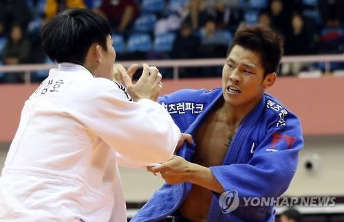 In this file photo take on Nov. 11, 2015, South Korean judoka Kim Jae-bum (R) competes at a local judo competition in Yeosu, South Jeolla Province.