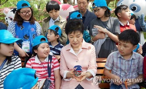 President Park Geun-hye meets with about 300 children at the presidential garden of Nokjiwon as part of Children's Day celebrations on May 5, 2016. (Yonhap)