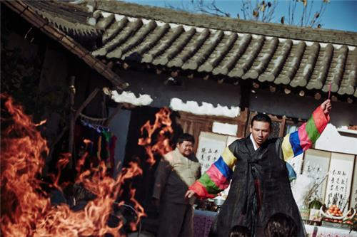 """A still from the Korean film """"The Wailing."""" (Yonhap)"""