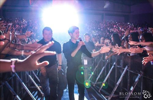 South Korean actor Song Joong-ki greets fans in Bangkok on May 7, 2016. (Yonhap)