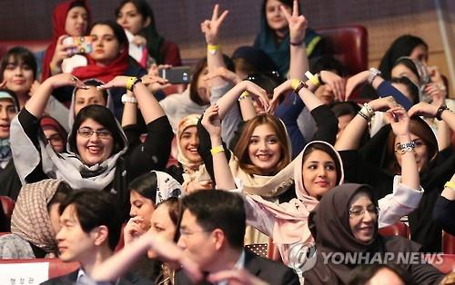 Iranians pose for a photo during a K-pop concert in the Milad Tower in Tehran, Iran, on May 3, 2016. (Yonhap)
