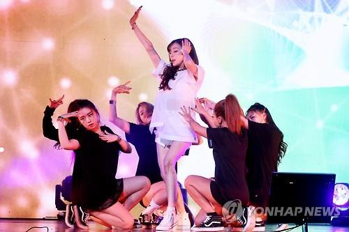 "Tiffany (C) of Girls' Generation showcases her upcoming solo album ""I Just Wanna Dance"" at a media showcase event in Seoul on May 10, 2016. (Yonhap)"