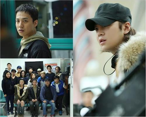 """A photo of South Korean actor-turned-director Jang Keun-suk (R) and the production staff of his short film """"The Great Legacy."""" (Yonhap)"""