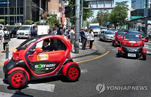 A test run of Renault Samsung Motors' ultra-small electric vehicle 'Twizy' is underway in downtown Seoul on May 20, 2015. (Yonhap file photo)
