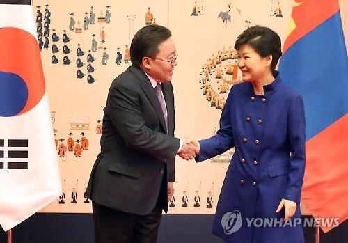 President Park Geun-hye (R) shakes hands with her Mongolian counterpart, Tsakhiagiin Elbegdorj (L), before their talks at the presidential office Cheong Wa Dae on May 19, 2016. (Yonhap)