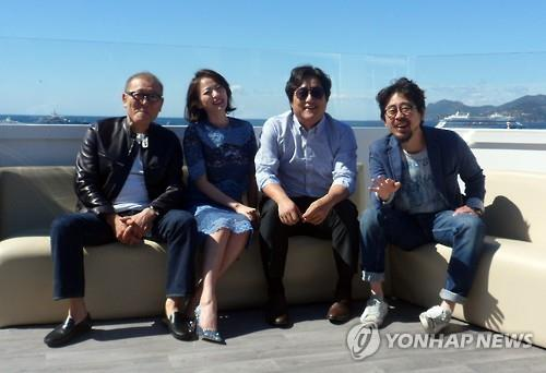 "Director Na Hong-jin (1st from R) and the main cast of his latest thriller ""The Wailing"" pose for photos during an interview with Yonhap News Agency at the Cannes Film Festival in Cannes, France, on May 19, 2016. (Yonhap)"