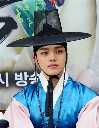 "Actor Yeo Jin-goo at a news conference in Goyang, Gyeonggi Province, discussing the SBS series ""The Royal Gambler"" in a photo released by SBS on May 20, 2016. (Yonhap)"