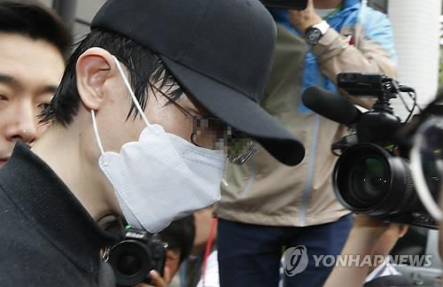 Surrounded by reporters, the suspect behind the brutal murder of a 23-year-old woman leaves the Seocho Police Station in southern Seoul on May 26, 2016, as the police send the case to the prosecution. The 34-year-old man fatally knifed the victim in a bathroom a week ago in an alleged random act of violence. (Yonhap)