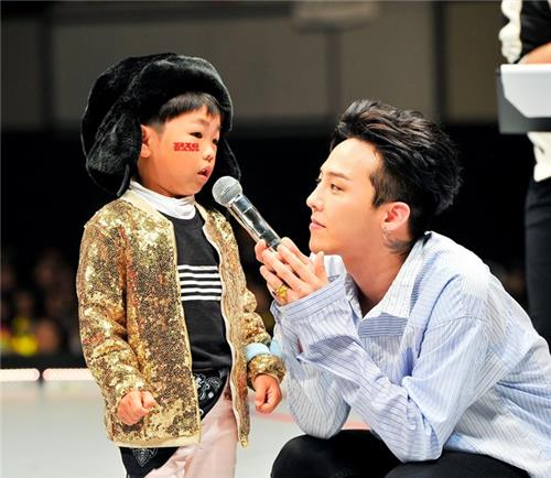 G-Dragon, a member of five-member K-pop boy band BigBang, speaks with a little Japanese boy in the band's Japanese fan club event in Kobe on May 29, 2016. (Yonhap)