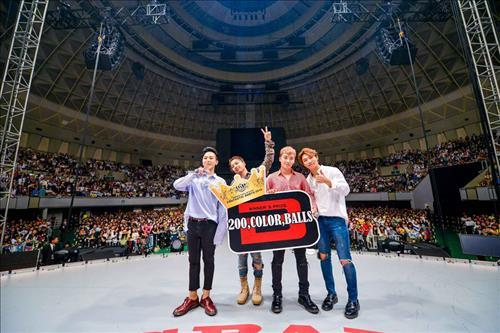 Members of South Korean pop boy band BigBang pose in the band's Japanese fan club event in Kobe on May 29, 2016. (Yonhap)