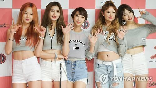 Members of EXID pose for photos at a media showcase event in Seoul on June 1, 2016. (Yonhap)