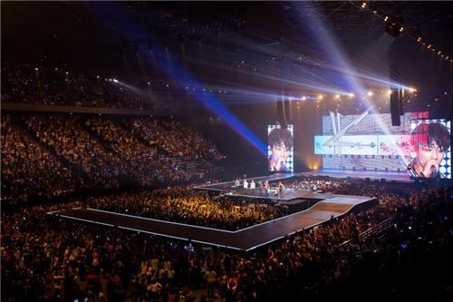 "K-pop musicians perform at ""KCON 2016 France"" held in Paris, June 2, 2016. (Yonhap)"