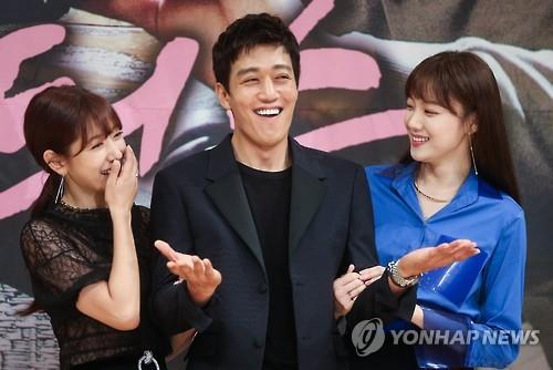 """Actors Park Shin-hye (L), Kim Rae-won (C) and Lee Sung-kyung pose in the press conference for SBS' new medical rom-com series """"Doctors"""" in central Seoul on June 15, 2016. (Yonhap)"""