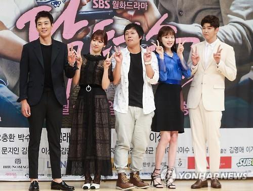"""From L: Actors Kim Rae-won, Park Shin-hye, chief producer Oh Choong-hwan, actors Lee Sung-kyung and Yoon Kyun-sang pose in the press conference for SBS' new medical rom-com series """"Doctors"""" in central Seoul on June 15, 2016. (Yonhap)"""