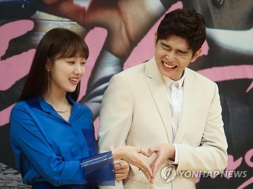 """Actors Lee Sung-kyung (L) and Yoon Kyun-sang pose in the press conference for SBS' new medical rom-com series """"Doctors"""" in central Seoul on June 15, 2016. (Yonhap)"""