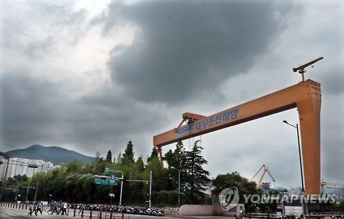 This photo taken in Daewoo Shipbuilding's Okpo shipyard in Geoje, South Gyeongsang Province, on June 15, 2016, shows a crane belonging to the debt-laden shipbuilder. (Yonhap)