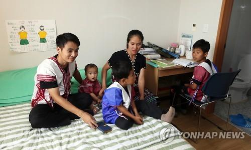 Myanmar refugee Nei Oo and his family give a tour of their room at the Korean Immigration Reception Center in Yeongjongdo, 40 kilometers west of Seoul, on June 20, 2016. Nei Oo's family, along with three other Myanmar families, arrived in South Korea as part of the United Nations High Commissioner for Refugees resettlement program. The program transfers refugees living in temporary camps in an asylum country to another country that has agreed to admit them. (Yonhap)