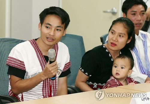 Nei Oo, a Myanmar refugee who came to South Korea in December 2015 from a Thai refugee camp, answers questions during a press conference held at the Korean Immigration Reception Center in Yeongjongdo, 40 kilometers west of Seoul, on June 20, 2016. The United Nations High Commissioner for Refugees resettlement program transfers refugees living in temporary camps in an asylum country to another country that has agreed to admit them. (Yonhap)