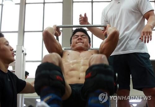 South Korean judoka Gwak Dong-han (C) trains at the National Training Center in Seoul on June 21, 2016. (Yonhap)