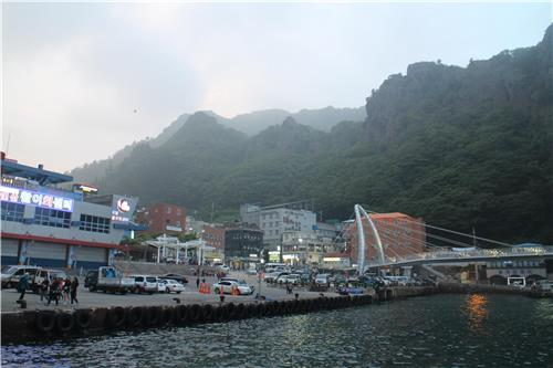 The view of Dodong Harbor on June 27, 2016, which currently serves as the main gateway for passengers heading to Ulleung (Yonhap)