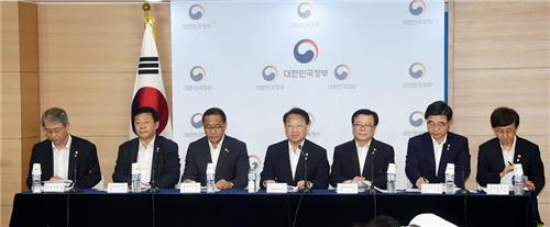 Finance Minister Yoo Il-ho (C), along with six other economy-related ministers, speaks at a joint press conference in Seoul on June 28, 2016. (Courtesy of the Ministry of Strategy and Finance)