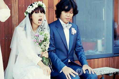 This undated file photo shows South Korean signer Lee Hyo-ri and her husband, singer-songwriter Lee Sang-soon, at their wedding. (Yonhap)
