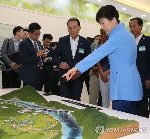 President Park Geun-hye visits an eco-friendly energy town in Hongcheon, Gangwon Province, on June 30, 2016. (Yonhap)