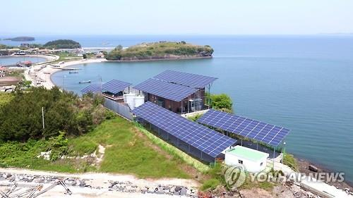 This photo provided by the Hanwha Group and taken on May 16, 2016, shows a set of facilities equipped with solar panels on Juk Island in South Chungcheong Province. (Yonhap)