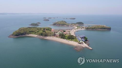This photo, provided by the Hanwha Group and taken on May 16, 2016, shows Juk Island in South Chungcheong Province. (Yonhap)
