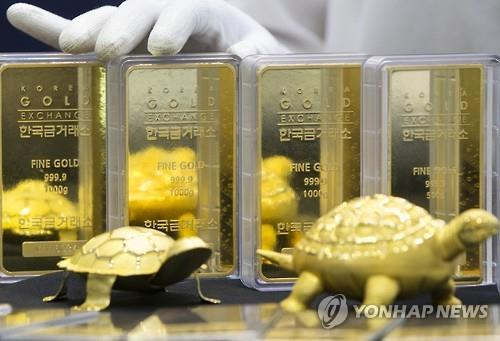 In this photo taken on June 27, 2016, an employee at Korea Gold Exchange shows 1,000-gram gold bars which sell at more than 50 million won per bar helped by investors' rush to safe assets after Britain's EU exit vote last week. (Yonhap)