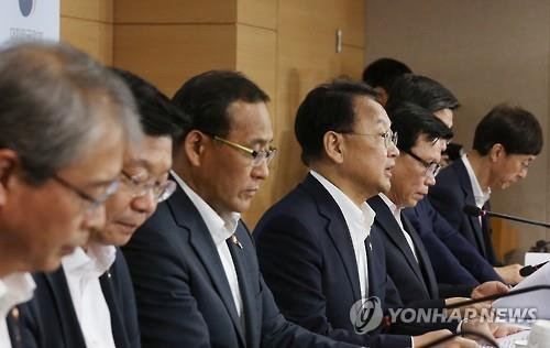 This photo taken at the central government complex in Seoul on June 28, 2016, Finance Minister Yoo Il-ho (4th from left) and other economic officials attend a press briefing to announce the government's 20 trillion won fiscal spending plans to support growth in the second half. (Yonhap)