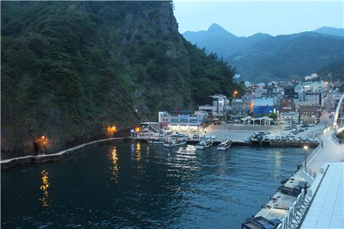 The nightview of Dodong Harbor, the main gateway to Ulleung Island, South Korea. (Yonhap)
