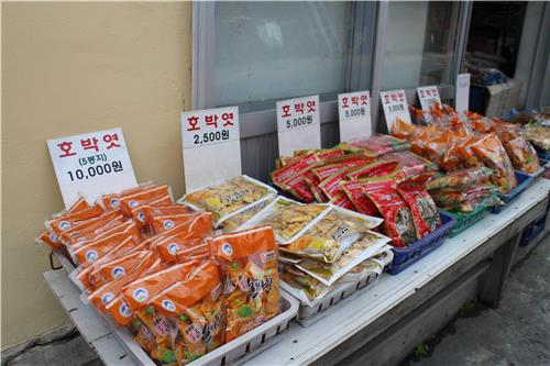 Many varieties of pumpkin taffies are sold at a shop on Ulleung Island, South Korea, on June 29, 2016 (Yonhap)