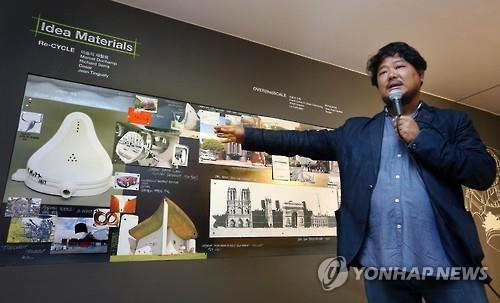 "Shin Hyung-chul explains his work ""Temple'L"" during a press briefing at the National Museum of Modern and Contemporary Art (MMCA) in Seoul on July 5, 2016. (Yonhap)"