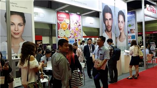 """In this photo taken on July 7, 2016, multinational businesspeople from cosmetics manufacturers look around the booths set up by international cosmetics ingredient companies during the """"in-cosmetics Korea"""" exhibition held at COEX in southern Seoul from July 6-7. (Yonhap)"""