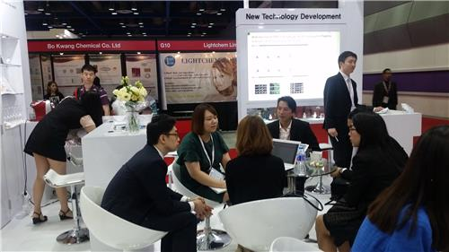 "In this photo taken on July 7, 2016, a group of businesspeople are in talks for possible deals at Caregen's booth during the ""in-cosmetics Korea"" exhibition held at COEX hall in Seoul on July 6-7. (Yonhap)"