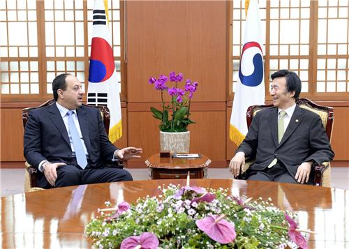 South Korean Foreign Minister Yun Byung-se (R) and Qatari Defense Minister Khalid Bin Mohammed Al-Attiyah hold talks at the Ministry of Foreign Affairs in Seoul on July 7, 2016, in this photo provided by the ministry. (Yonhap)