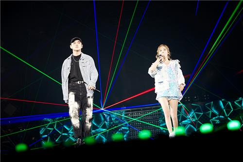In this photo provided by S.M. Entertainment, singer Taeyeon sings a duet with R&B artist Dean in her solo concert on July 10, 2016. (Yonhap)