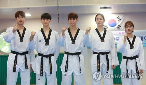 South Korean national taekwondo practitioners pose for a photo after their training at National Training Center in Seoul on July 13, 2016. From left are: Cha Dong-min, Lee Dae-hoon, Kim Tae-hun, Oh Hye-ri and Kim So-hui. (Yonhap)