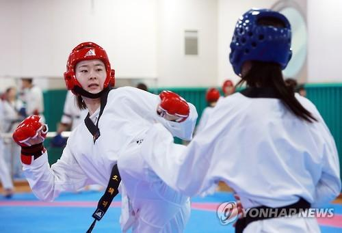 South Korean taekwondo practitioner Oh Hye-ri (L) practices her kick during a training session at National Training Center in Seoul on July 13, 2016. (Yonhap)