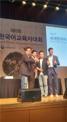 Professor Seo Kyoung-duk (L), Mark Tetto, comedian Seo Kyung-seok, and Alberto Mondi (R) pose for a photo after a forum at the National Museum of Korea on July 12, 2016. (Yonhap)