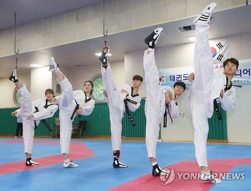 South Korean national taekwondo practitioners display their kicks during their training at the National Training Center in Seoul on July 13, 2016. From right: Cha Dong-min, Lee Dae-hoon, Kim Tae-hun, Oh Hye-ri and Kim So-hui. (Yonhap)