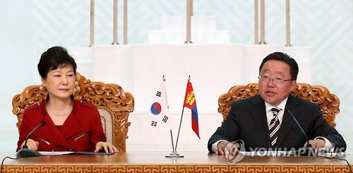 President Park Geun-hye (L) and her Mongolian counterpart Tsakhiagiin Elbegdorj attend a joint press conference after their summit in Ulaanbaatar, Mongolia, on July 17, 2016. (Yonhap)