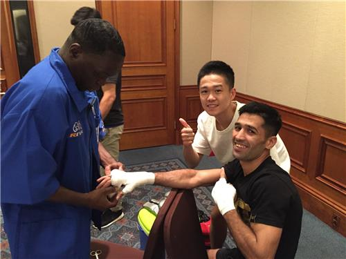 In this photo provided by AK Promotion, South Korean boxer Shin Jong-hun (C) pose for a photo with new World Boxing Council (WBC) silver flyweight champion  Muhammad Waseem (R) and his trainer Jeff Mayweather at a Seoul hotel on July 17, 2016. (Yonhap)