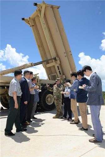 This photo, taken on July 18, 2016, and provided by the U.S. Air Force, shows reporters taking notes as a military official explains the THAAD system in Guam. (Yonhap)