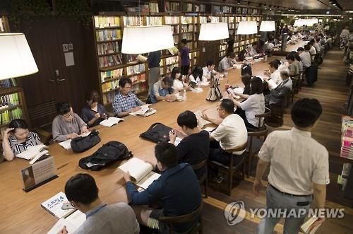People read books in Kyobo Bookstore in Seoul on July 19, 2016. (Yonhap)