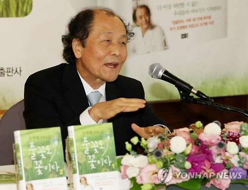 "Writer Jo Jung-rae speaks during a press briefing about his new novel, ""A Grass Flower is Also a Flower,"" in Seoul on July 12, 2016. (Yonhap)"
