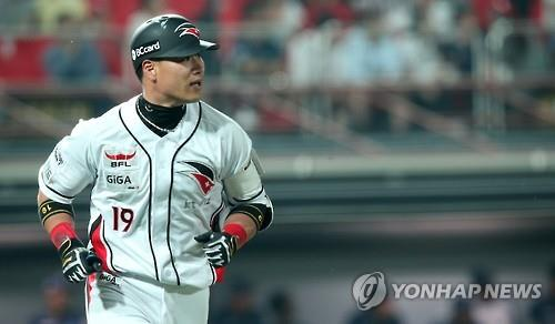 In this file photo taken on June 16, Kim Sang-hyun of the KT Wiz watches his home run against the NC Dinos in their Korea Baseball Organization game at KT Wiz Park in Suwon, Gyeonggi Province. (Yonhap)