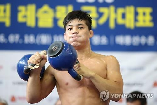 South Korean wrestler Kim Hyeon-woo lifts kettlebells during a national team open practice session at the National Training Center in Seoul on July 18, 2016. (Yonhap)