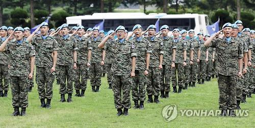 In this photo taken on July 26, 2016, a new team of soldiers who will replace their colleagues in the Dongmyung Unit in Lebanon salute in an event held in Incheon, 40 km west of Seoul. (Yonhap)